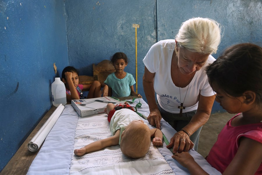 Barnen vägs och mäts - ett led i att bekämpa svälten
